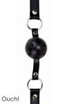 Baillon Boule SM Noir Ouch - Bâillon boule SM noir à petit prix fabriqué par Ouch. Balle dure de 4 cm de diamètre en ABS parsemée de trous pour que le soumis puisse respirer, sangle en cuir réglable avec 10 trous pour ajuster le bâillon SM. Empêchez le de se plaindre.
