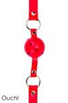 Baillon Boule SM Rouge Ouch - Bâillon boule SM rouge classique fabriqué par Ouch. Balle dure de 4 cm de diamètre en ABS avec des petits trous pour respirer plus facilement, sangle en cuir réglable avec 10 trous pour ajuster le bâillon SM. Un jouet efficace.
