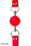 Baillon Boule Rouge Tige en Métal Ouch - Baillon boule rouge haut de gamme, sangles en cuir réglables avec 13 trous, boule en caoutchouc de 4,5 cm de diamètre traversée par une solide tige en métal. Faites baver le soumis et fermer lui sa bouche sans opposition.