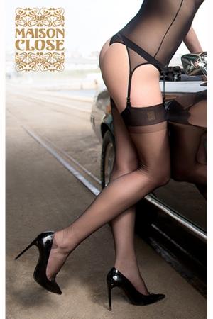 Bas Rétro Authentique en Nylon 15 Deniers Maison Close - Ce bas voile au style rétro est fabriqué en nylon 15 deniers par Maison Close, une lingerie très féminine pour femme et travesti. Le talon est renforcé et la jarretière noire opaque est large pour fixer les bas.