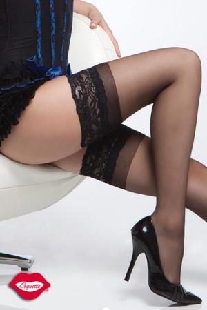 Bas en Nylon Grande Taille et Jarretière en Dentelle Coquette - Bas grande taille en nylon noir gainant qui dessine une jambe fine et altière. La jarretière en dentelle adhère délicatement à votre peau grâce aux bandes en silicone. A porter avec une tenue en dentelle ou une petite jupe plissée.