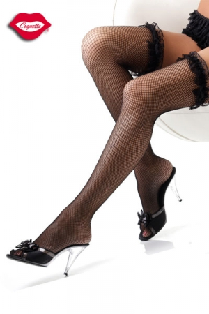 Bas en Fine Résille Coquette - Fine résille extensible et jarretière élastique avec fronces de dentelle pour ces bas noirs fabriqués par Coquette. Ces bas tiennent sans aide, votre jambe est plus soyeuse que jamais.