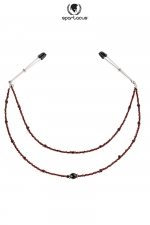 Collier de Seins Perles Rouges avec 2 Rangées pour Travesti : Collier de seins à 2 rangées de perles rouges avec un pendentif. Des pinces indolores ajustables permettent de l'attacher aux seins.