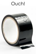 Ruban de Bondage en PVC Noir 20 Mètres - Ce ruban de bondage en PVC noir mesure 20 mètres de long pour 5 cm de large. Il ne colle qu'avec lui-même mais pas avec votre peau ou vos cheveux. Parfait pour des jeux BDSM gay soft ou plus hard. Fabriqué par Ouch !