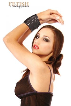 Ruban Bondage BDSM - Un ruban de bondage BDSM noir en PVC : il ne colle qu'à lui même ! Attachez votre soumis, aveuglez le ou vous voulez très rapidement !