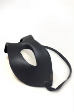 Masque Homme Ajustable Dorcel Mask - Masque gay ajustable en faux cuir. De couleur noir, il est doublé d'une mousse très confortable à l'intérieur et décoré d'une sérigraphie dorée. Elastique ajustable. Pour soirée déguisé et SM. Fabriqué par Dorcel