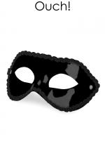 Masque en PVC Ouch Mask for Party : Masque en PVC Ouch Mask for Party, un masque unisexe, à utiliser pour réaliser vos fantasmes et vos envies gays SM. Bordure argentée fantaisie. S'ajuste avec un ruban à nouer derrière votre tête