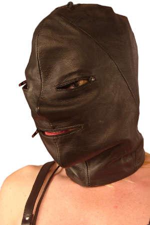 Cagoule en cuir zippée et lacée - Cagoule en cuir noir entièrement doublée. Avec un zip pour les yeux et la bouche. Produit de haute qualité, conçu pour un port confortable et naturel.