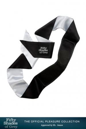 Bandeau de Luxe en Satin Fifty Shades Of Grey All Mine - Bandeau en satin opaque avec une bande en vinyle pour aveugler le soumis de la collection 50 Shades of Grey. Très doux, sensuel et confortable.