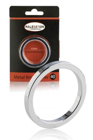 Cockring Metal Ring Starter - Malesation - Bague de sexe en aluminium, fine et légère. Ce cockring est adapté aux débutants. Il retient l'afflux sanguin dans votre verge pour vous faire bander plus fort & retarder l'éjaculation ! Cet anneau de pénis est résistant, sans odeur & facile à nettoyer.