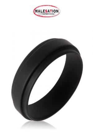 Cockring Extra Large en Silicone Malesation Power Ring  - Bague de pénis de 1,5 cm de large, fabriquée en silicone noir. Plus large qu'un anneau de sexe classique, il améliore encore le contrôle de l'érection. Disponible en 2 diamètres, 4 et 4,5 cm. Sans odeur ni phtalate.