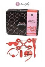 Kit Initiation BDSM 8 Pièces Rouge Secret Play : Kit d'initiation gay SM avec 8 pièces indispensables. Collier laisse, fouet, masque, pinces à seins, menottes, corde, gag ball. Fabriqué par Secret Play. Conditionné en boite cadeau en métal