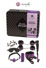 Kit Initiation BDSM 8 Pièces Violet Secret Play : Kit d'initiation gay SM composé de 8 pièces. Fouet, menottes, collier laisse, corde, pinces à seins, masque, gag ball. Fabriqué par Secret Play et livré dans sa boite cadeau en métal