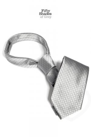 Cravate de Christian Grey - Fifty Shades of Grey - Innovez, utilisez une cravate pour attacher les mains de votre soumis à l'image de Christian Grey avec Anastasia Steele dans 50 Nuances de Grey.