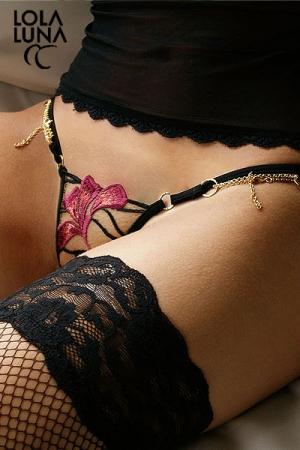String en Tulle Brodé pour Travesti Lola Luna Gaia - Tulle brodé scintillant et transparent et chaines dorées ajustables pour adapter ce string pour travesti à votre taille, cette lingerie féminine et glamour est faite pour vous mettre en beauté et accroître votre séduction.