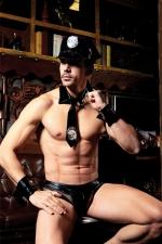 Déguisement Police Gay 5 Pièces - Ce déguisement de police gay se compose de 5 pièces : vous incarnez l'autorité et vous entendez à ce que vos ordres soient exécutés. Sinon vous sortez les menottes et votre grosse matraque.