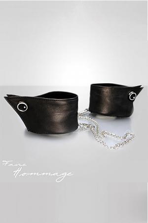 Bracelets Manchettes en Cuir Faire Hommage - Ces bracelets en cuir cachées sous des manchettes se ferment et se transforment en menottes en leur ajoutant une chaine amovible.