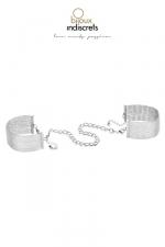 Bracelets Menottes en Mailles Métalliques Argentées pour Sissy - Un bracelet qui soit à la fois un bijou et une menotte : avec ces bracelets menottes en maille métallique dorée pour sissy, donnez vie à votre soumission au quotidien.