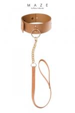 Collier Marron de Soumission avec Laisse pour Sissy - Un collier de soumission pour sissy avec une laisse amovible pour traiter la sissy comme une bonne soumise et la ramener dans le droit chemin en cas de désobéissance. Collier réglable. Couleur marron. Fabriqué en faux cuir.