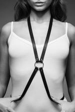 Harnais 8 en Faux Cuir Noir pour Travestie - Harnais SM noir pour travestie en forme de 8, fabriqué en faux cuir végan. Réglable à la taille. Féminise et souligne la poitrine. A porter nu ou sur vos vêtements.