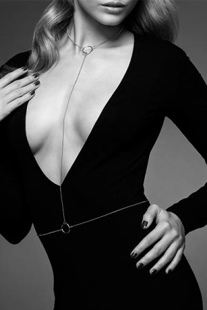 Chaine de Corps Argentée pour Travesti - Avec sa forme en L, cette chaine de corps argentée pour travesti s'enlace autour de votre taille et de votre cou. Elle se porte sur votre tenue pour travesti ou sur votre corps nu, comme une invitation au plaisir.