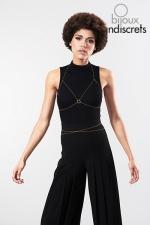 Chaine de Poitrine Dorée pour Travesti - De couleur or, cette chaine de poitrine dorée pour travesti est réglable, elle restitue la forme d'un soutien gorge pour plus de séduction et de féminité. Portez la nu, sur vos vêtements ou sur votre lingerie, l'effet est spectaculaire !