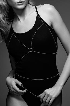 Chaine de Poitrine Argentée pour Travesti - En métal argenté, cette chaine de poitrine pour travesti reproduit la forme d'un soutien gorge, vous pouvez la porter nu, sur vos vêtements ou votre lingerie pour travesti favorite. La chaine dispose d'une fermeture réglable.
