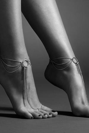 Chaines Argentées Réglables pour les Pieds - Féminisez vos pieds et vos chevilles avec ces chaines argentés réglables. Ces chainettes sont sans nickel et appartiennent à la collection Magnifique de Bijoux Indiscrets.