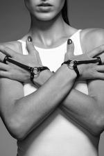 Bracelet Bague Noir SM pour Travestie - A la fois bracelet et harnais pour les mains, fabriqué avec des matériaux recyclés et en cuir végan (sans produit animal). Arborez une silhouette classe mais SM pour travestie.