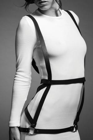 Robe Harnais Noire pour Travestie SM - Robe harnais noir pour sissy SM réalisé en faux cuir. Ce harnais pour travestie amatrice de bondage est végan et fabriqué par Bijoux Indiscrets. Réglable aisé pour vous féminiser ou un port confortable.
