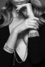 Bracelets Menottes en Mailles Métalliques Argentées pour Sissy : Un bracelet bijou et menotte : avec ces bracelets menottes en maille métallique argentée pour sissy, donnez vie à votre soumission au quotidien de la plus féminine et belle des façons.