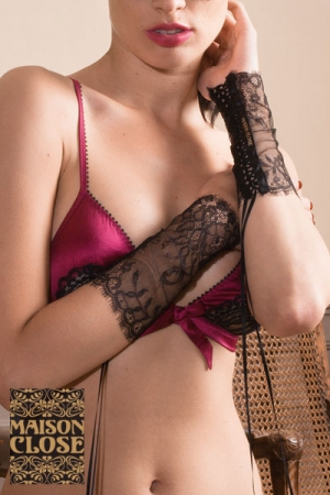 Poignets en Dentelle Maison Close - Deux poignets en dentelle par Maison Close : habillez vos poignets d'une touche de glamour et de provocation. A combiner avec de la lingerie ou une tenue sexy pour vous mettre en avant.