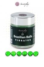 6 Boules Brésiliennes Lubrifiantes Effet Vibrant : 6 boules brésiliennes lubrifiantes effet vibrant qui se fondent en un lubrifiant avec effet stimulant. Excellent pour vous donner un coup de boost lors de préliminaires ou pour être encore plus chaud. Fabriquées par Secret Play