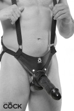 Harnais Gode Ceinture Noir Creux 25 cm : Harnais avec bretelles en nylon solide équipé d'un gode ceinture réaliste creux de 25,5 x 4,8 cm de couleur noir pour une sodomie profonde et puissante de votre homme. Sangles réglables dans le dos et autour des cuisses.