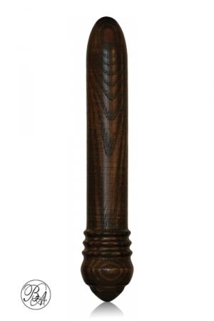 Gode bois Le  Sage -  Black Edition - 23 cm de gode en bois noir produit par Bois d'Amour, une entreprise française. Ce sextoy écolo, simple et luxueux vous donne beaucoup de plaisir. Vernis, il est hypoallergénique et sans phtalates.
