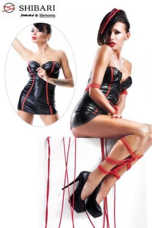 Robe Courte Travesti en Wetlook Yukiko Shibari - Robe courte pour travestie en wetlook signée Yukiko Shibari. Cette robe zippée devant possède de fines bandes rouges ajourées. Elle est livrée avec un string assorti et deux cordes rouges de bondage de 8 mètres. Disponible jusqu'au XXL.