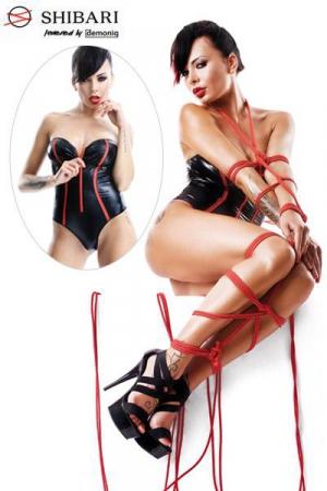 Body en Wetlook avec Zip Avant Fumi Shibari - Body bustier en wetlook noir brillant souligné de rouge, il possède un zip rouge à l'avant pour dévoiler votre poitrine de sissy. Livré avec deux cordes de bondage pour vous attacher et vous initier au Shibari.
