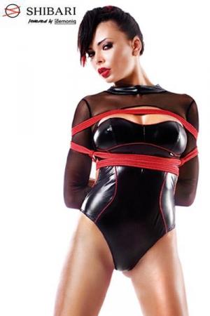 Body Manches Longues Ouvert sur le Dos Aimi Shibari - Body en wetlook noir avec finition string échancré. Il est bordé de rouge avec des manches longues en fine résille. Le dos est quasiment nu. Ce body est vendu avec 2 cordes de bondage Shibari de 8 mètres.