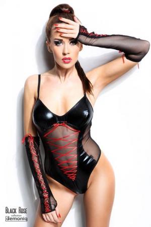 Body Sexy pour Petit Travesti Demoniq Evelyne Black Rose - Body sexy pour travesti de 174 cm maximum, fabriqué en voile et wetlook, avec ses mitaines longues. Ses lacets rouges mettent et sa coupe moulante mettent en avant votre corps.