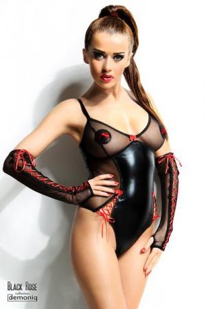 Body pour Petit Travesti Demoniq Hannah Black Rose - Body sexy en voile transparent et wetlook noir brillant pour travesti, avec des rubans lacés rouges et un petit noeud au creux du décolleté. Pour un petit travesti de 174 cm maximum.