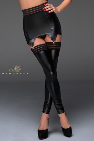 Porte-Jarretelles en Wetlook Moulant Noir Handmade - Gainant et sexy, ce porte-jarretelles pour travestie possède une grande bande élastique à la ceinture et des attaches chromées pour fixer vos bas. Il se ferme dans votre dos par une série d'agrafes.