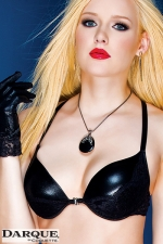 Soutien-Gorge Dentelle et Wetlook Darque Lace - Soutien-gorge noir sexy en wetlook et dentelle pour travesti avec une attache en strass à l'avant et des bretelles réglables dans le dos.