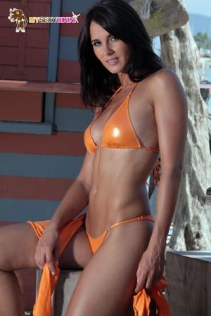 Maillot Métallisé pour Travesti Brazil - La version métallisée du bikini Brazil pour travesti. On garde la coupe en V, les cristaux bijoux Swarowski et on ajoute un tissu lycra métallisé très excitant et qui vous met en valeur !