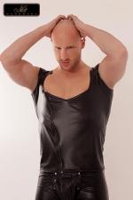 Débardeur Cross Noir Mat en Wetlook - Débardeur noir mat en wetlook moulant : il met en valeur vos épaules & vos pectoraux tout en vous donnant un air de mauvais garçon.