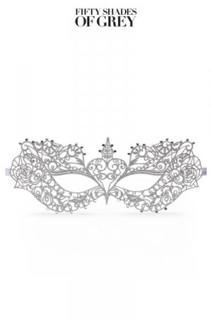 Masque du Bal d'Anastasia pour Travesti - Le masque du bal d'Anastasia pour travesti est fabriqué dans une dentelle souple en arabesque stylisée animée de petites pierres brillantes. Un masque qui vous permet de circuler incognito. Attache par deux rubans argentés.