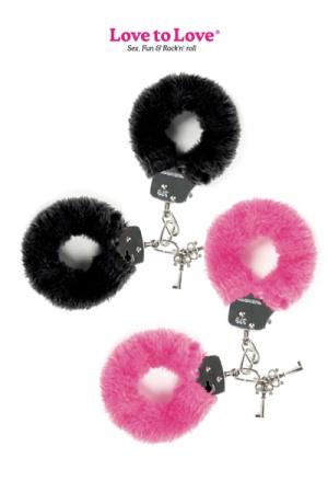 Menottes en Métal Doublées de Fourrure - Menottes en métal recouvertes d'une fausse fourrure noire ou rose pour plus de confort : parfait pour du BDSM gay soft, ces menottes ferment à clef et vous permettent de jouer entre hommes.