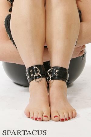 Bracelets de chevilles latex RubberLine - Bracelets de chevilles en latex réglables. Ces menottes pour chevilles haute qualité possèdent un anneau pour cadenas & un anneau de bondage, elles sont fabriquées par Spartacus