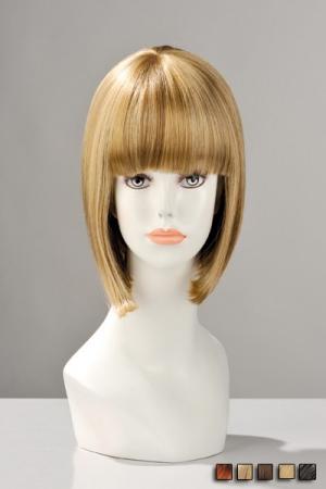 Perruque Carré Court pour Travesti China Doll - Perruque naturelle pour travesti en forme de carré court avec une frange parfaite. Disponible en roux, blond, chatain, brun ou avec des mèches pour vous transformer en une femme mignonne et coquine.