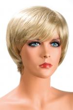 Perruque Blonde Courte pour Sissy Sofia : Perruque blonde courte pour sissy avec une frange et de jolis mèches effilées. Une coupe moderne et dynamique pour une belle travestie. Fabriquée dans des cheveux synthétiques haut de gamme par World Wigs. 2 attaches pour tenir la perruque.