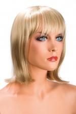 Perruque Blonde Mi-Longue pour Sissy Camila - Perruque blonde mi-longue pour une sissy avec un look moderne. La frange effilée met vos yeux en valeur. Cheveux synthétiques très réalistes. Attaches réglables. Fabriqué par World Wigs